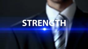 Styrka, affärsman i dräkten som framme står av skärmen, makt och framgång arkivbild