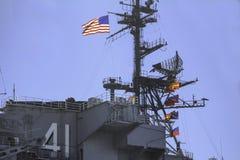 Styrka och stolthet i USA-flaggan och flygvapen royaltyfri bild