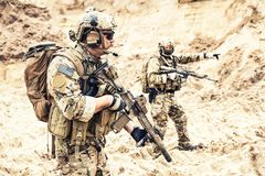 Styrkalag för speciala operationer som plundrar i öken royaltyfri foto