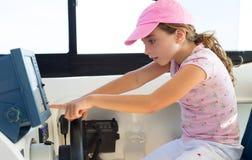 Styrning för barnflickasegling som fartyget rullar Royaltyfri Fotografi