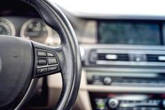 Styrninghjul av bilen, detaljer av knappar och justeringsstyrning Royaltyfria Bilder