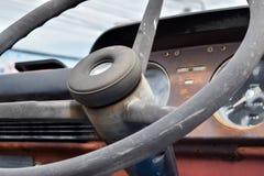 Styrninghjul av den gamla brandlastbilen Royaltyfria Bilder