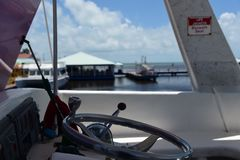 Styrninghjul av det turist- fartyget i belize arkivfoto