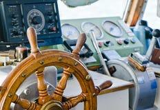 Styrninghjul av en gammal seglingskyttel Arkivbild