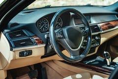 Styrninghjul och inre sikt av bilen Royaltyfria Bilder