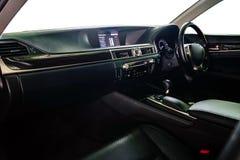 Styrninghjul och instrumentbräda insidan av bilen, Decoratd wi royaltyfri foto