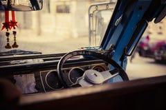 Styrninghjul och instrumentbrädaskolbuss Royaltyfri Foto