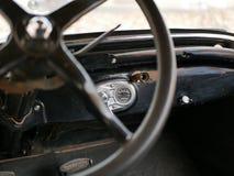 Styrninghjul och mäta instrument av en gammal bil En gammal bil i gården arkivbilder