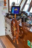 Styrninghjul och navigeringinstrumenten i cockpiten av skeppet royaltyfri foto