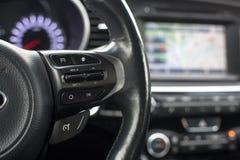 Styrninghjulet presenterar automatisk farthållareknappar framåtriktat tillbaka Arkivbilder