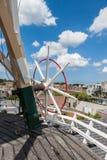 Styrningshjul av den holländska windmillen Arkivfoto