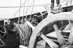 Styrningshjul av en seglingskyttel Arkivbild