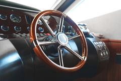 Styrningshjul på en lyxig yacht Royaltyfri Foto