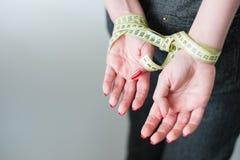 Styvt banta händer fastabantningför självkontroll arkivfoto