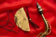 Suèdeborstel en saxofoon royalty-vrije stock foto