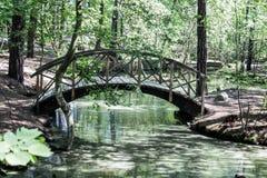 Suécia de madeira de Éstocolmo da ponte do parque de Skansen imagem de stock