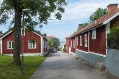 Suécia de madeira residencial vermelha de Oregrund das casas Imagens de Stock