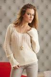 Suéter blanco modelo joven Fotos de archivo