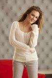 Suéter blanco modelo joven Imagen de archivo libre de regalías
