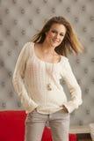 Suéter blanco modelo joven Imágenes de archivo libres de regalías