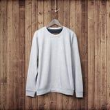 Suéter en una pared de madera fotos de archivo libres de regalías