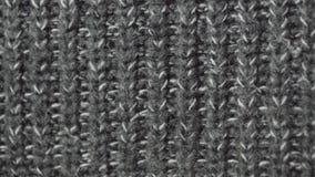 Suéter gris hecho punto del invierno de la tela Primer detallado en la resolución de UHD almacen de metraje de vídeo
