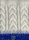 Suéter hecho a mano de las lanas del invierno, fragmento, primer. fotos de archivo libres de regalías