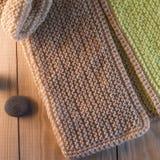 Suéter hecho punto en el fondo de madera Imagen de archivo libre de regalías