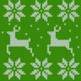 Suéter hecho punto verde de los ciervos en estilo noruego Ornamento escandinavo hecho punto Modelo inconsútil del suéter de la Na Fotografía de archivo