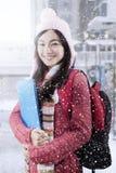 Suéter que lleva del estudiante bonito en invierno Foto de archivo libre de regalías