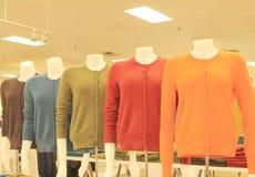 Suéteres en una tienda Fotos de archivo