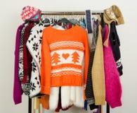 Suéteres lindos exhibidos en un estante Imagenes de archivo