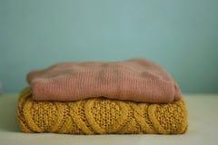 Suéteres ocres del invierno Imagenes de archivo