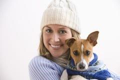 Suéteres que desgastan atractivos de la mujer joven y del perro Imagen de archivo libre de regalías