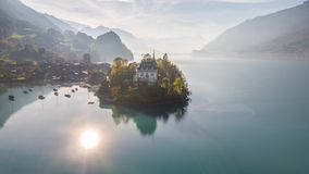 Suíça aéreo 4k aéreo de Iseltwald de turquesa de Brienz do lago 4kBeautiful switzerland de Iseltwald de turquesa da paisagem de B video estoque