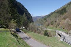 Suíça de Valle Malvaglia com o besouro na estrada fotografia de stock