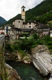 Suíça: O rio do vale de Verzasca perto de Tenero em Ticino imagem de stock royalty free