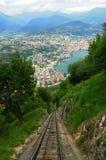 Suíça sul: O teleférico para montar San Salvadore em Lugan foto de stock