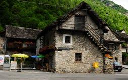 Suíça: Um restaurante em Tenero no rio do vale de Verzasca imagem de stock