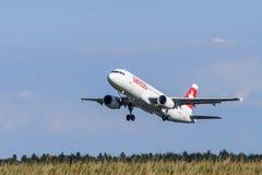 Suíço Airbus A-320 no aeroporto LJMB de Maribor Imagens de Stock