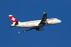Suíço Airbus no céu azul Foto de Stock