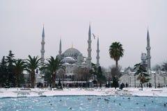 Sułtanu ahmet meczet w śnieżnej pogodzie zdjęcie royalty free
