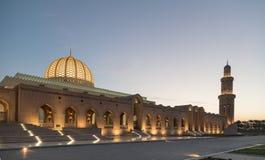 Sułtanu Qaboos Uroczysty meczet przy półmrokiem Obrazy Royalty Free