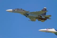 2 Su-27 в голубом небе Стоковые Изображения
