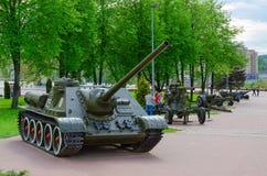 SU-100在军事荣耀胡同,维帖布斯克,白俄罗斯的苏联自走炮兵部队类反坦克装甲车 免版税库存图片