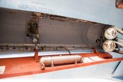 Su35在飞行表演的战斗机 在显示观众的机场的航空器 炸弹的开放隔间 内部战斗机equi 免版税图库摄影