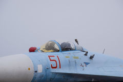 Su35在飞行表演的战斗机 在显示观众的机场的航空器 飞机和驾驶舱的鼻子 库存图片