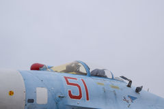 Su35在飞行表演的战斗机 在显示观众的机场的航空器 飞机和驾驶舱的鼻子 免版税库存照片