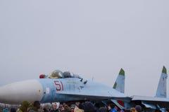Su35在飞行表演的战斗机 在显示观众的机场的航空器 飞机和驾驶舱的鼻子 免版税库存图片