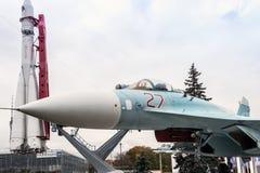 Su27战机和第一枚宇航员沃斯托克导弹在 免版税库存图片